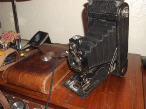 VINTAGE COLLECTABLE KODAK JR AUTOGRAPHIC 1A FOLDING CAMERA & LEATHER CASE